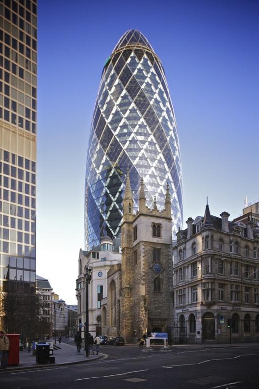 """El edificio Swiss Re diseñado por Foster + Partners, también conocido como """"The Gherkin"""". Imagen Cortesía de Wikimedia Commons / Aurelien Guichard"""