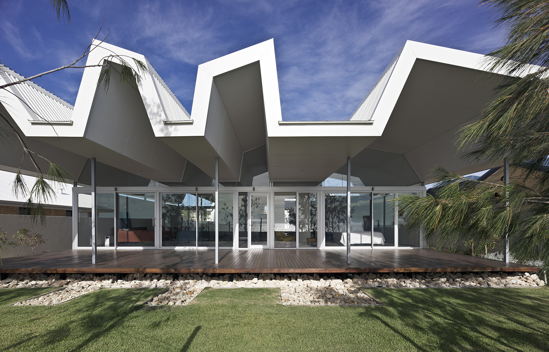 Falcon Beach House / © Adrian Iredale