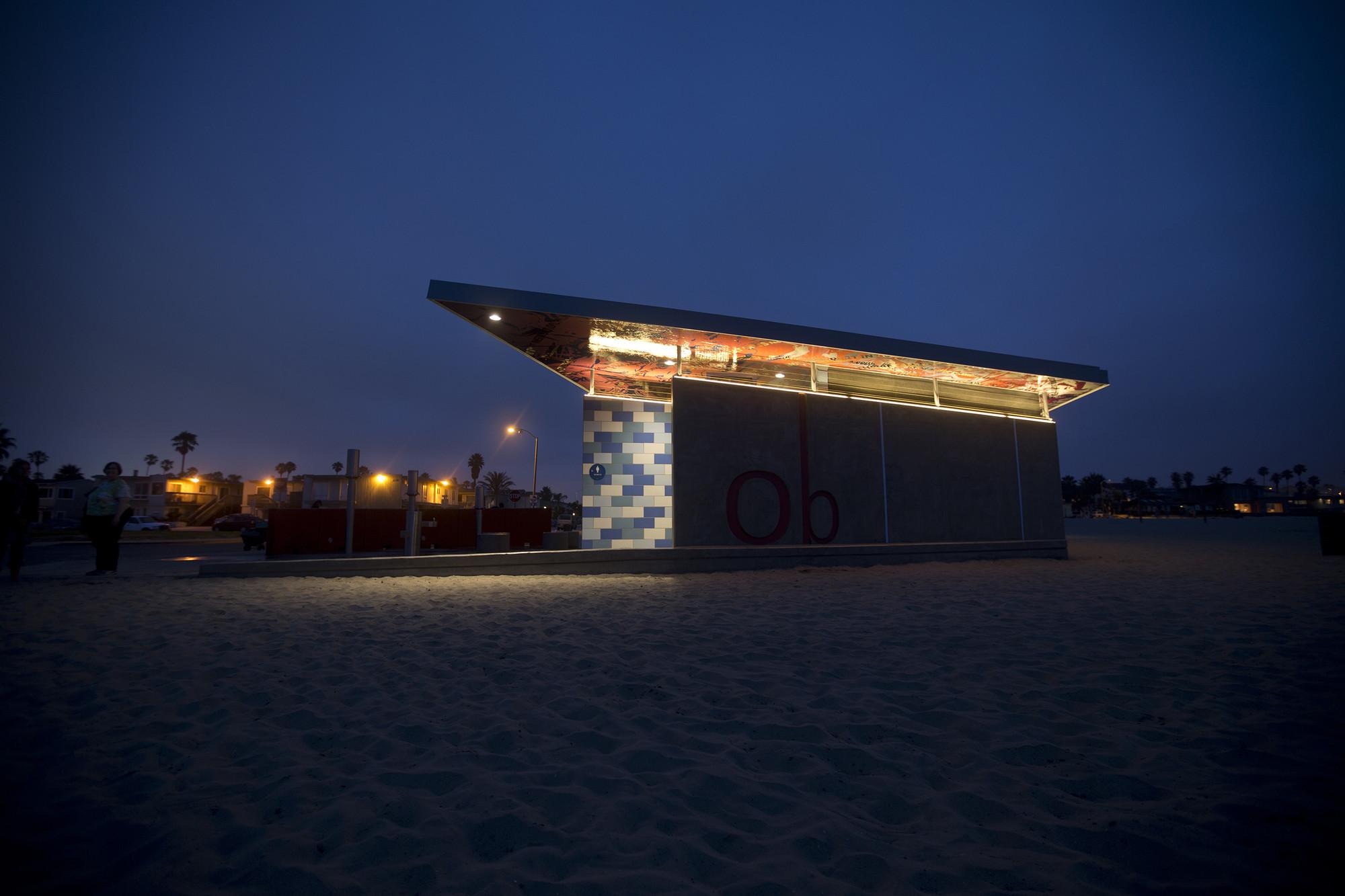 Galeria de Banheiro Público em Ocean Beach / Kevin deFreitas  #A1722A 2000 1333