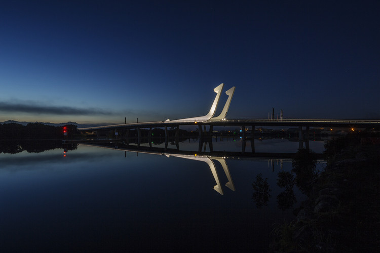 http://images.adsttc.com/media/images/51fa/e135/e8e4/4ea2/b000/0014/newsletter/LOWER_HATEA_BRIDGE_longviewdusk_2880.jpg?1375396122