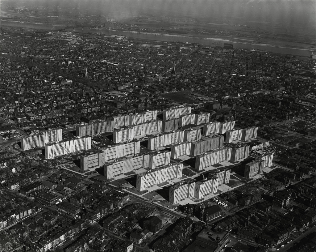 The pruitt-Igoe social housing development, built in 1954 and demolished in 1972 . Image© The Pruitt-Igoe Myth