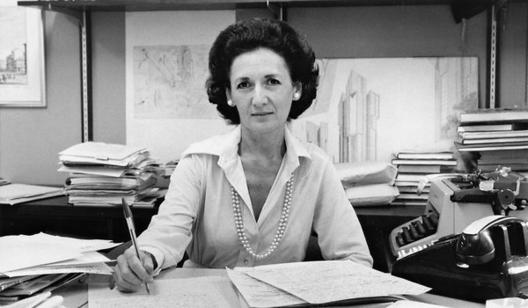 """The Indicator: Por qué no existe buena escritura de arquitectura (y francamente, no se necesita), Crítica de la arquitectura de New York Times y Wall Street Journal, Ada Louise Huxtable (1921-2013). Huxtable escribió en 1978 """"El tema recurrente es el placer"""": """"Hay mucho más para ver, experimentar, comprender, disfrutar."""" Un gran escritor en la arquitectura, pero, afortunadamente, no es un escritor de arquitectura. Imagen © Gene Maggio, New York Times."""