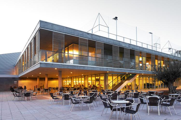 Edificio de Servicios Generales en Centro de Natación Helios / ACXT, Cortesía de ACXT Arquitectos
