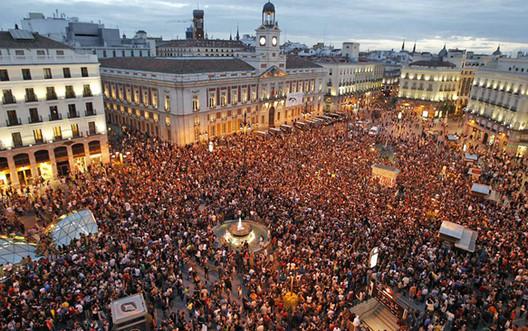 Puerta del Sol. Madri. Concentração 15 M. Imagem Cortesia de Enrique Mínguez Martínez, Pablo Martí Ciriquián, María Vera Moure