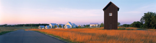 A collaboration between Coen + Partners and Salmela Architect, Jackson Meadow is a planned residential development in Marine on St. Croix, Minnesota. Seventy-five percent of the site's 145 acres was left as dedicated open space, and the neighborhood connects by trails to nearby communities and parks. Image © Peter Bastianelli Kerze