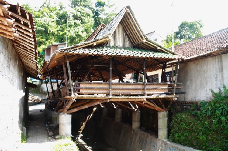 Comunidad en Indonesia construye un centro para la reunión de los vecinos con bambú local, © Andrea Fitrianto