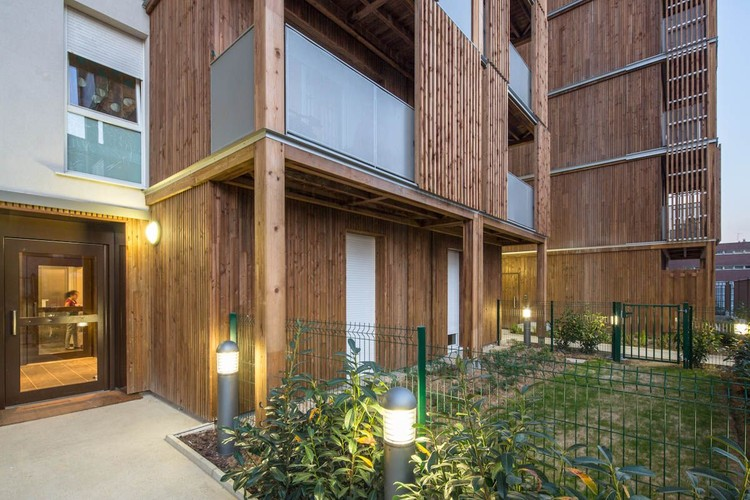 terraco jardim archdaily: Social em BONDY / Guérin & Pedroza architectes
