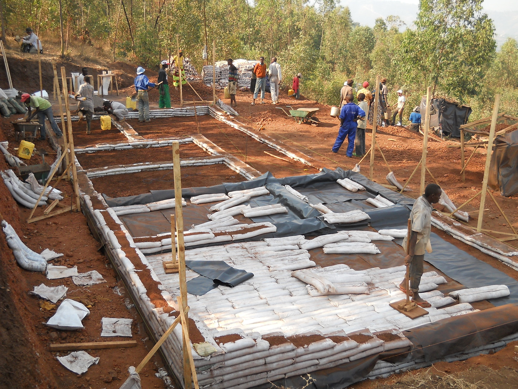 This is the first earthbag construction in Rwanda. While all earthbags were filled with soil from the site, one part cement to nine parts soil was mixed to make special foundation bags. Image © Riaan Hough