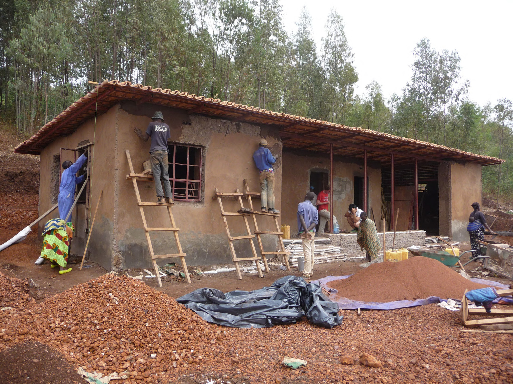 The dissemination of earthbag building techniques to the general public was an important goal for the designers, GA Collaborative. They envision an open-source construction manual that describes the method step-by-step. Image © Jamie Setzler