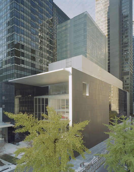 View of the gallery complex from 54th Street. Image © Timothy Hursley