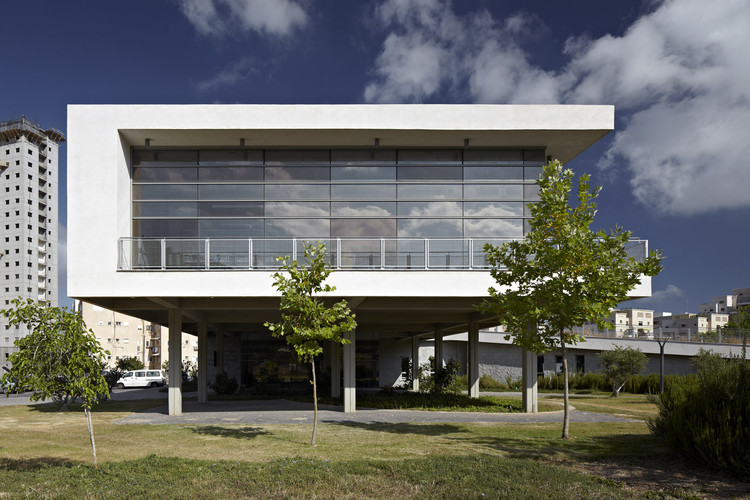 Biblioteca Tirat Carmel / Schwartz Besnosoff Architects, © Amit Geron