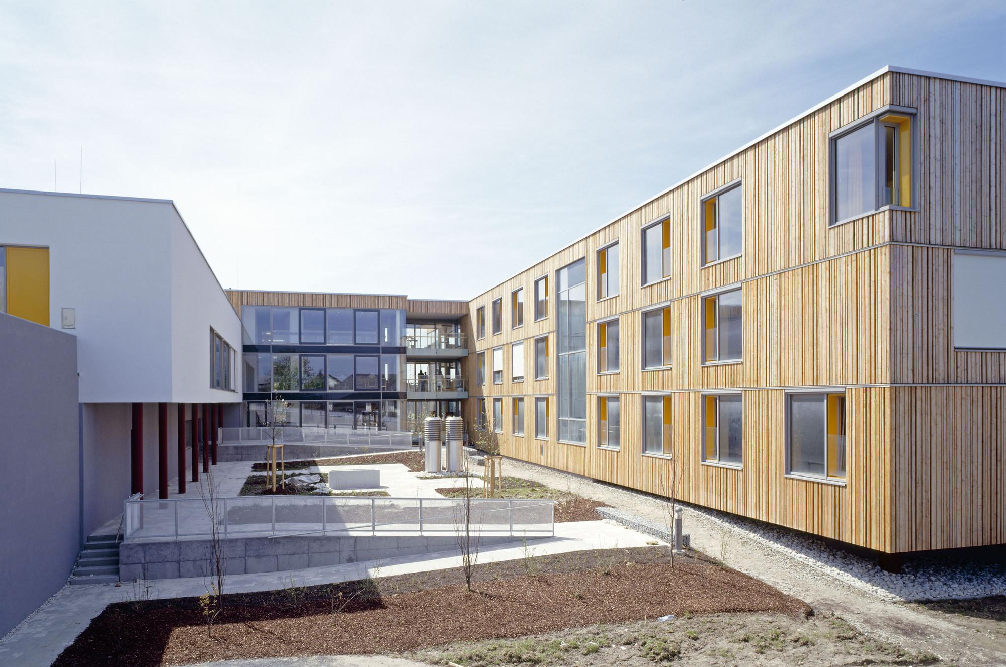 Nursing home g rtner neururer archdaily for How to build a retirement home