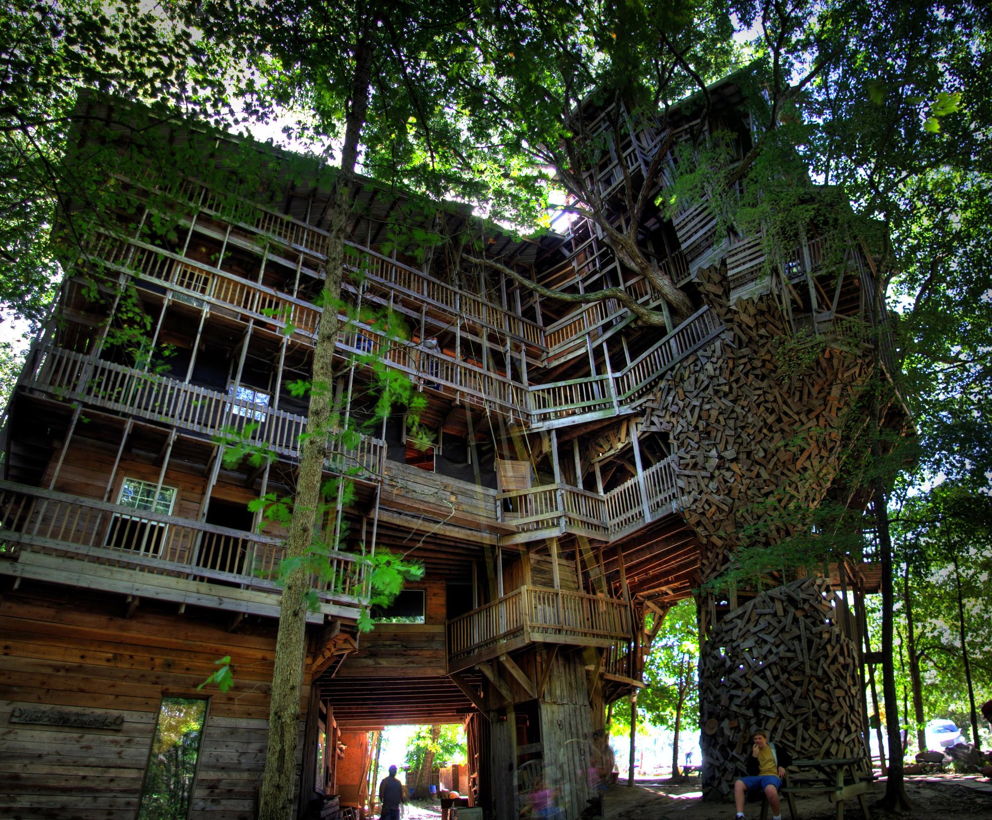 Arte y Arquitectura: La casa del Árbol más grande del mundo por Horace Burgess, © Chuck Sutherland