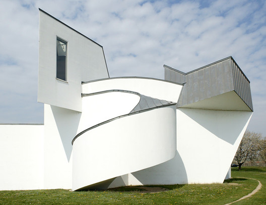 Frank Gehry's Vitra Design Museum is an example of the kind of architecture deconstructivist thinkers praise. In this chapter of Unified Architectural Theory, Nikos Salingaros argues why the scientific approach is superior to that of the deconstructivists . Image © Liao Yusheng