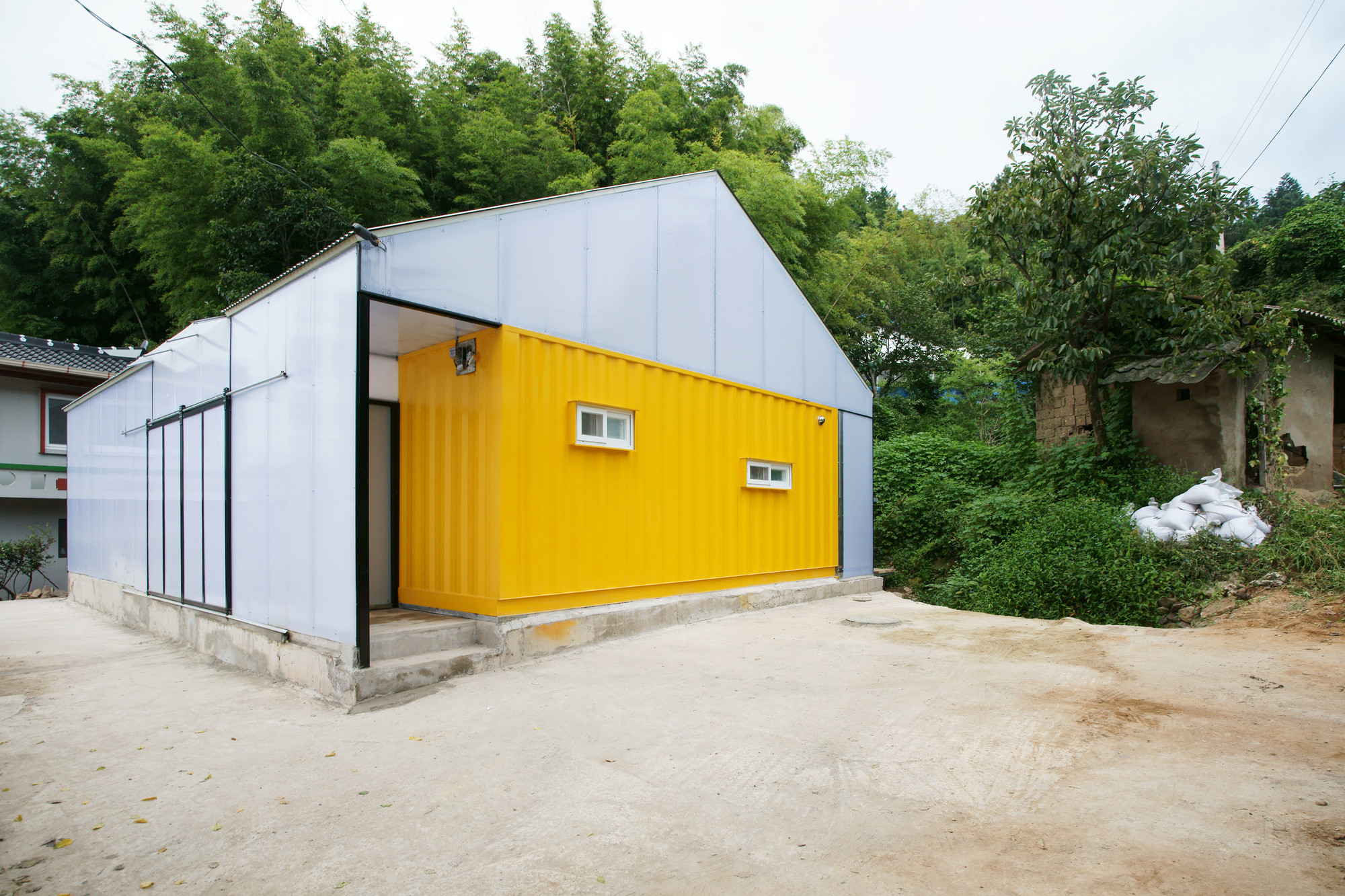 Low cost house jya rchitects archdaily for Big houses for low prices