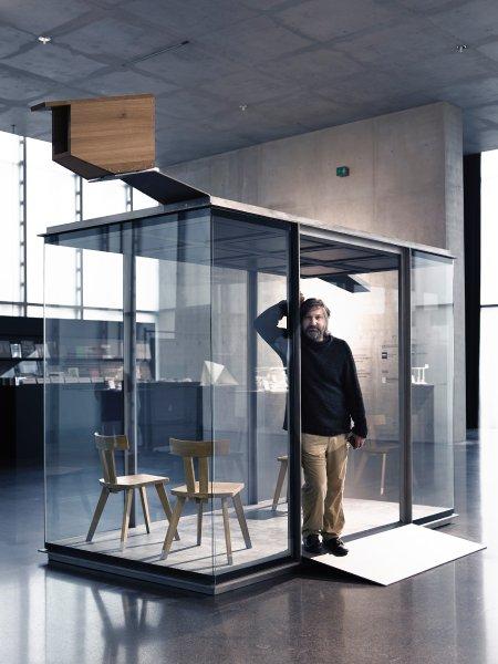 Smiljan Radic, Ensamble Studio y un grupo selecto de arquitectos diseñan paraderos de bus en Austria, El arquitecto chileno Smiljan Radic en su parada de autobús terminada. Imagen © Adolf Bereuter / BUS:STOP Krumbach