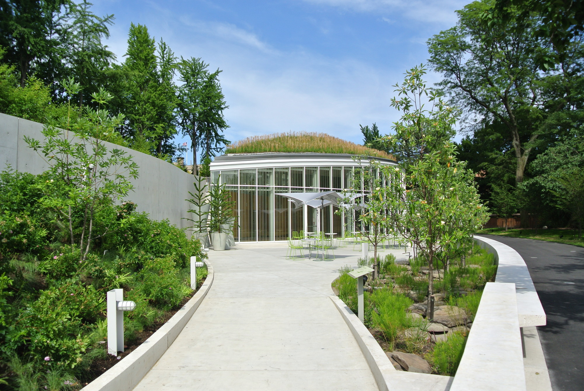 Landscaped Gardens Facility: Brooklyn Botanic Garden Visitor Center / WEISS/MANFREDI