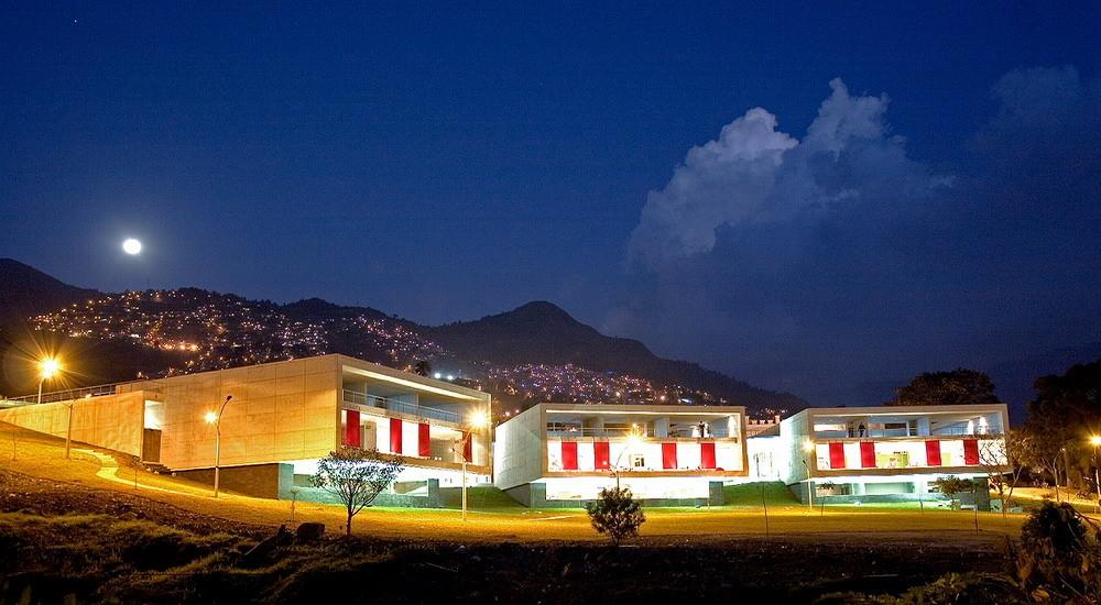 Parque Biblioteca León de Grieff / Giancarlo Mazzanti. Image © Sergio Gómez