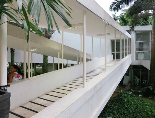 Oscar Niemeyer, Hospital Da Lagoa (1952). Image © John Hartmann