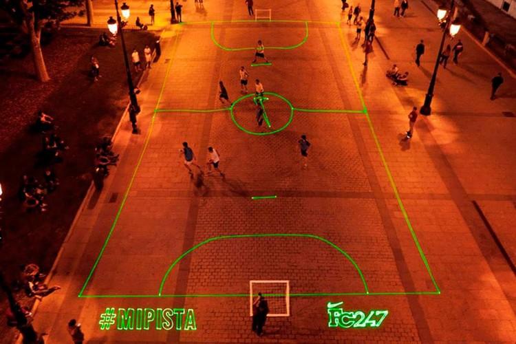 Fig. 10. Nike laser soccer field. Proyección sobre pavimento