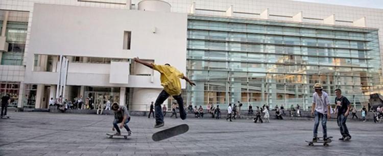 Fig. 11. Skaters en la Plaza de los Ángeles. Frente al MACBA. Barcelona