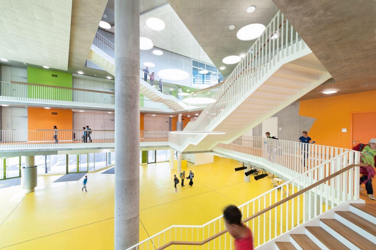 The New Ergolding Secondary School / Behnisch Architekten + Behnisch Architekten & Architekturbüro Leinhäupl + Neuber, © David Matthiessen