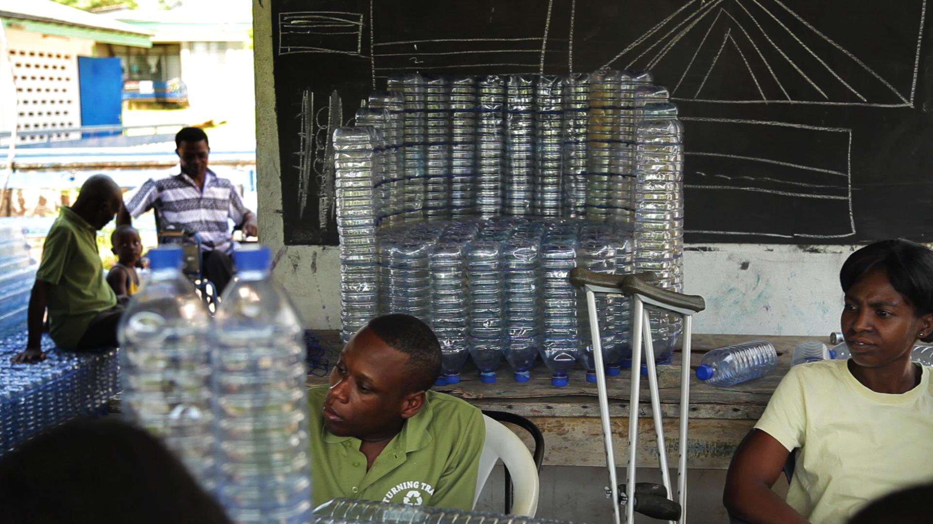 Fabricación de Mobiliario en base a residuos plásticos en Ghana. Image © ONU