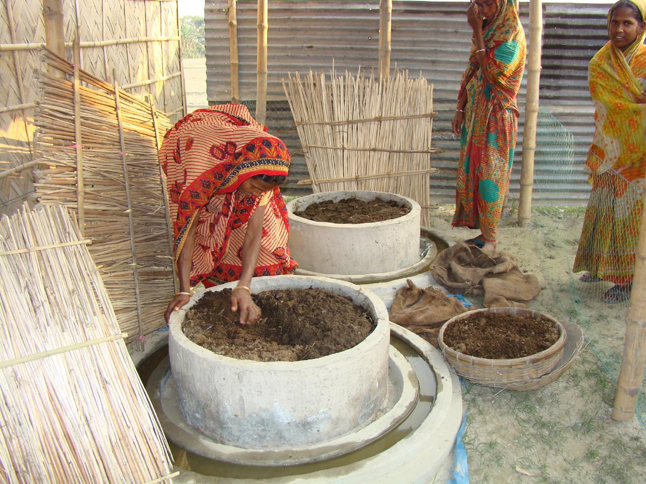 Mujeres construyendo huertas orgánicas en Bangladesh. Image © ONU