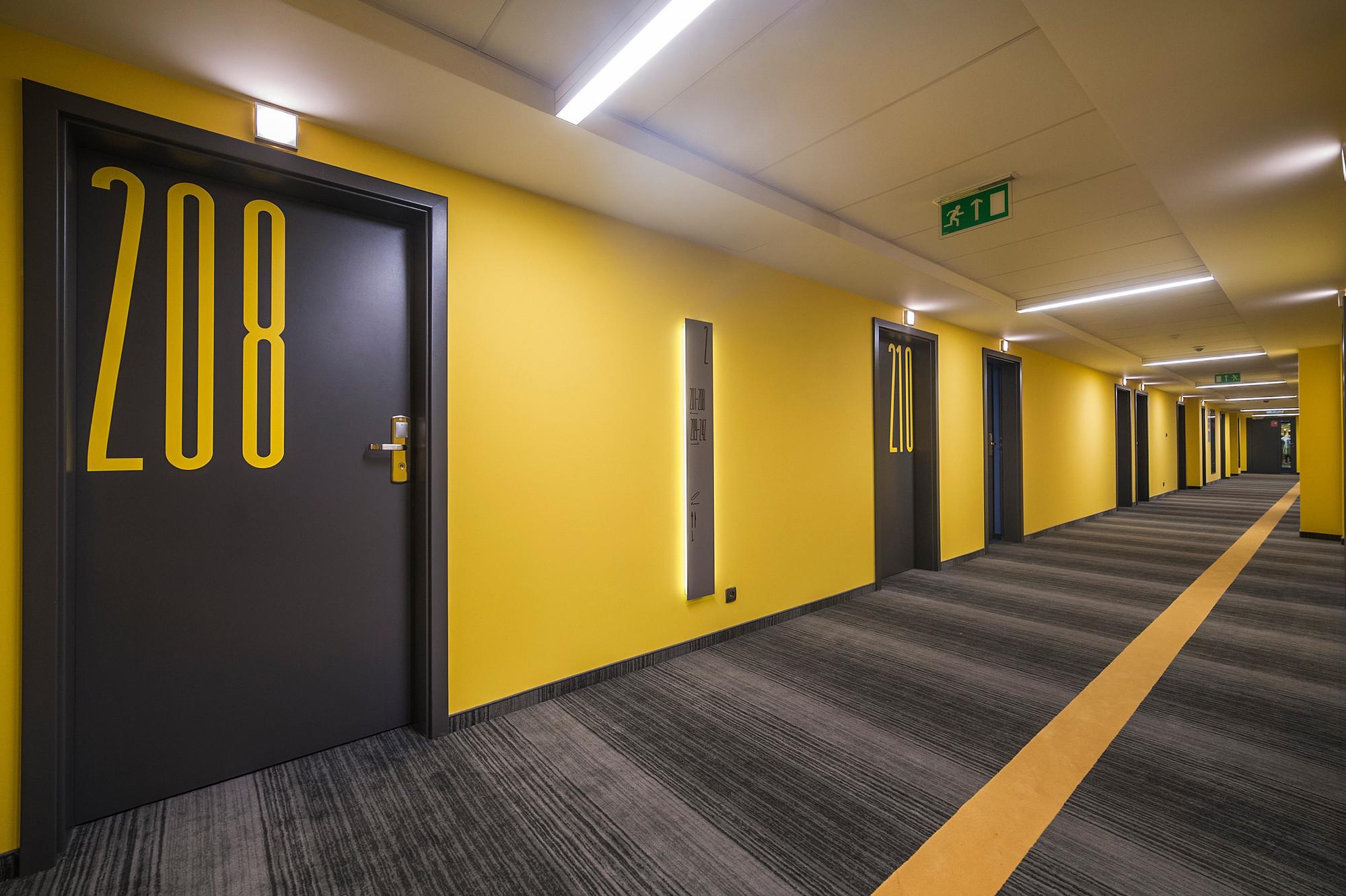 Gallery of tobaco hotel ec 5 13 for Hotel corridor decor