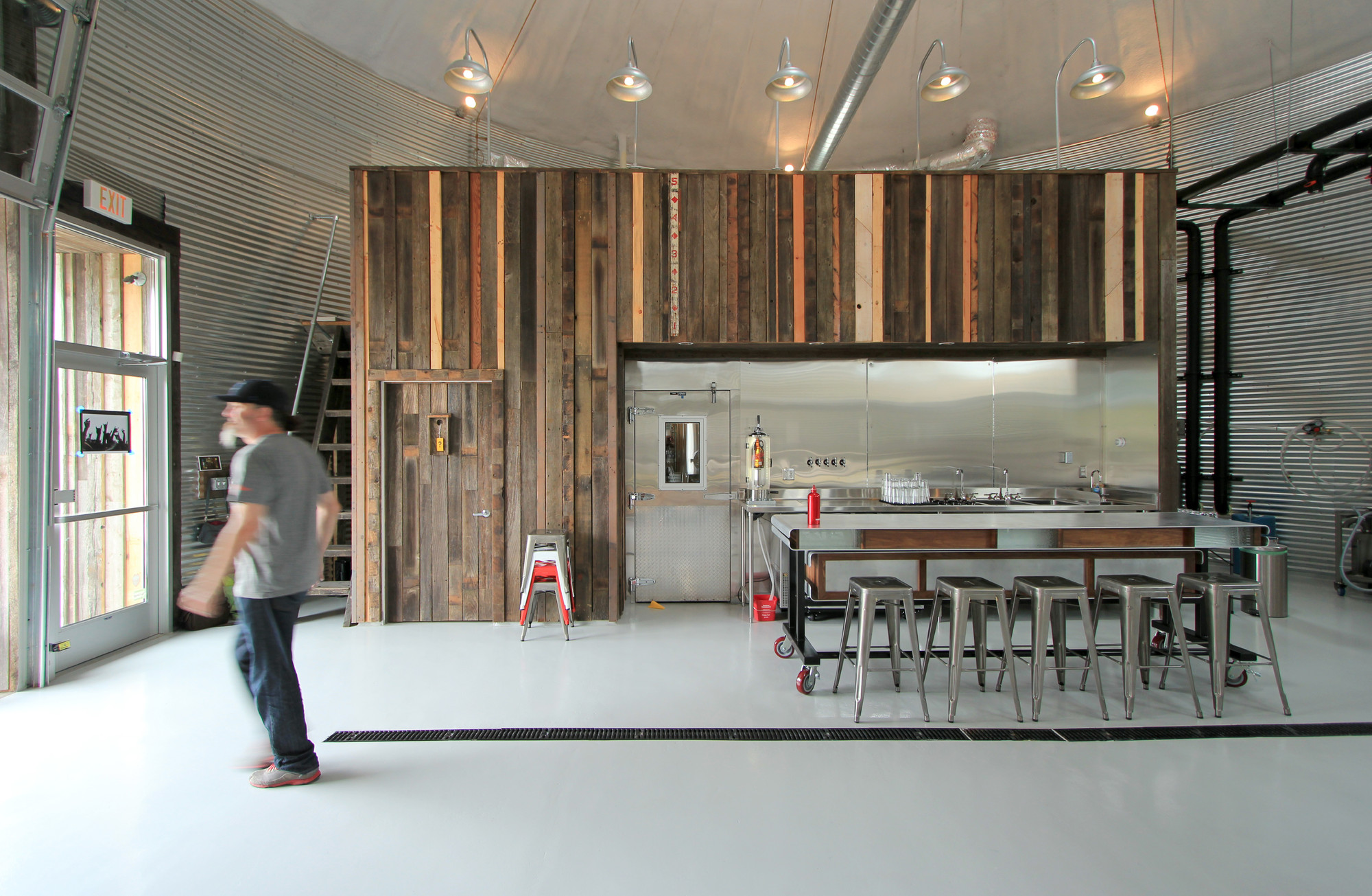 Bang brewing alchemy architects archdaily for Brewery layout software