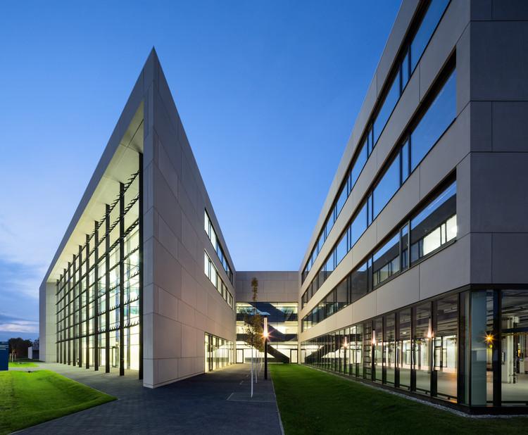 Centro para la Energía Renovable y Fotovoltaica / Henn, © HG Esch