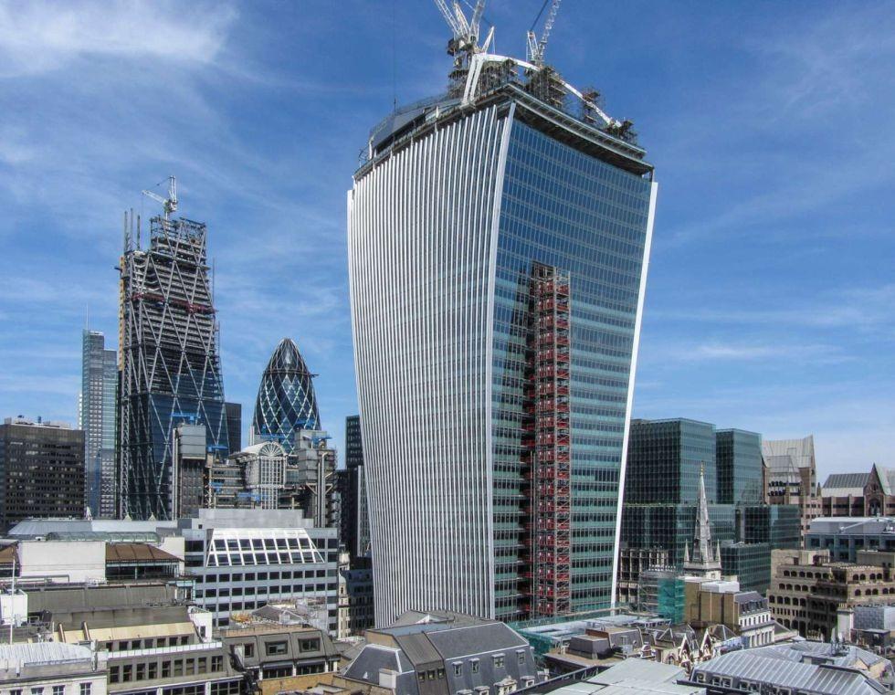 """Consecuencias de los riesgos que a veces toman los arquitectos, Torre en Londres conocida como """"Walkie Talkie"""" . Image Courtesy of El Pais"""