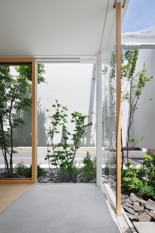 Gallery of green edge house ma style architects 7 for Decoracion de interiores patios internos