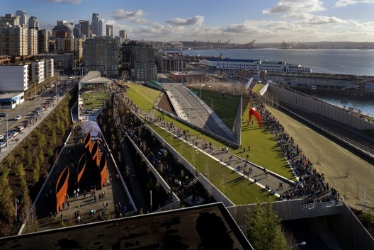 he Olympic Sculpture Park in Seattle, Washington, designed by Weiss Manfredi. Image © Benjamin Benschneider
