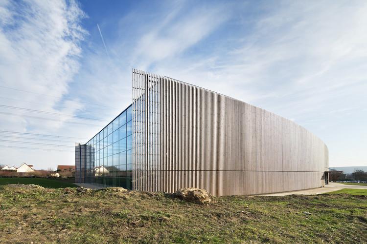 Pabellón de Deportes Lardy / Explorations Architecture, © Michel Denancé
