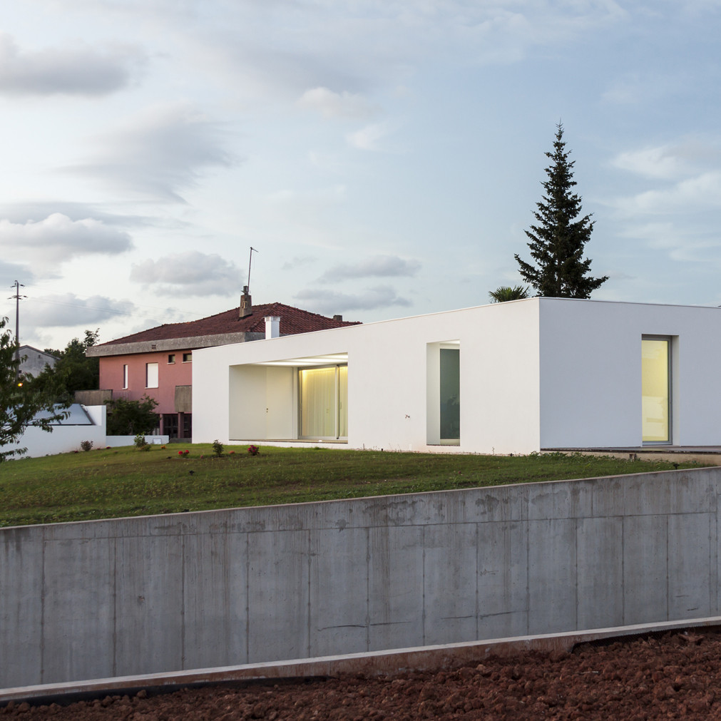 House laejo bruno dias arquitectura archdaily for Arquitectura casas pequenas