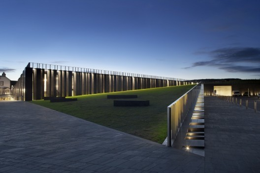 Giants Causeway Visitor Centre / Heneghan & Peng Architects. Image © Hufton + Crow