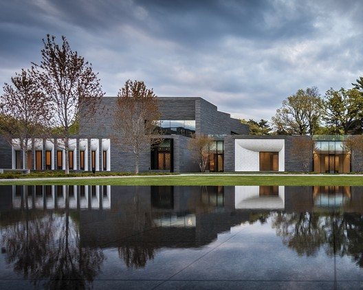 Lakewood Cemetery Garden Mausoleum / HGA Architects and Engineers © Paul Crosby Photography