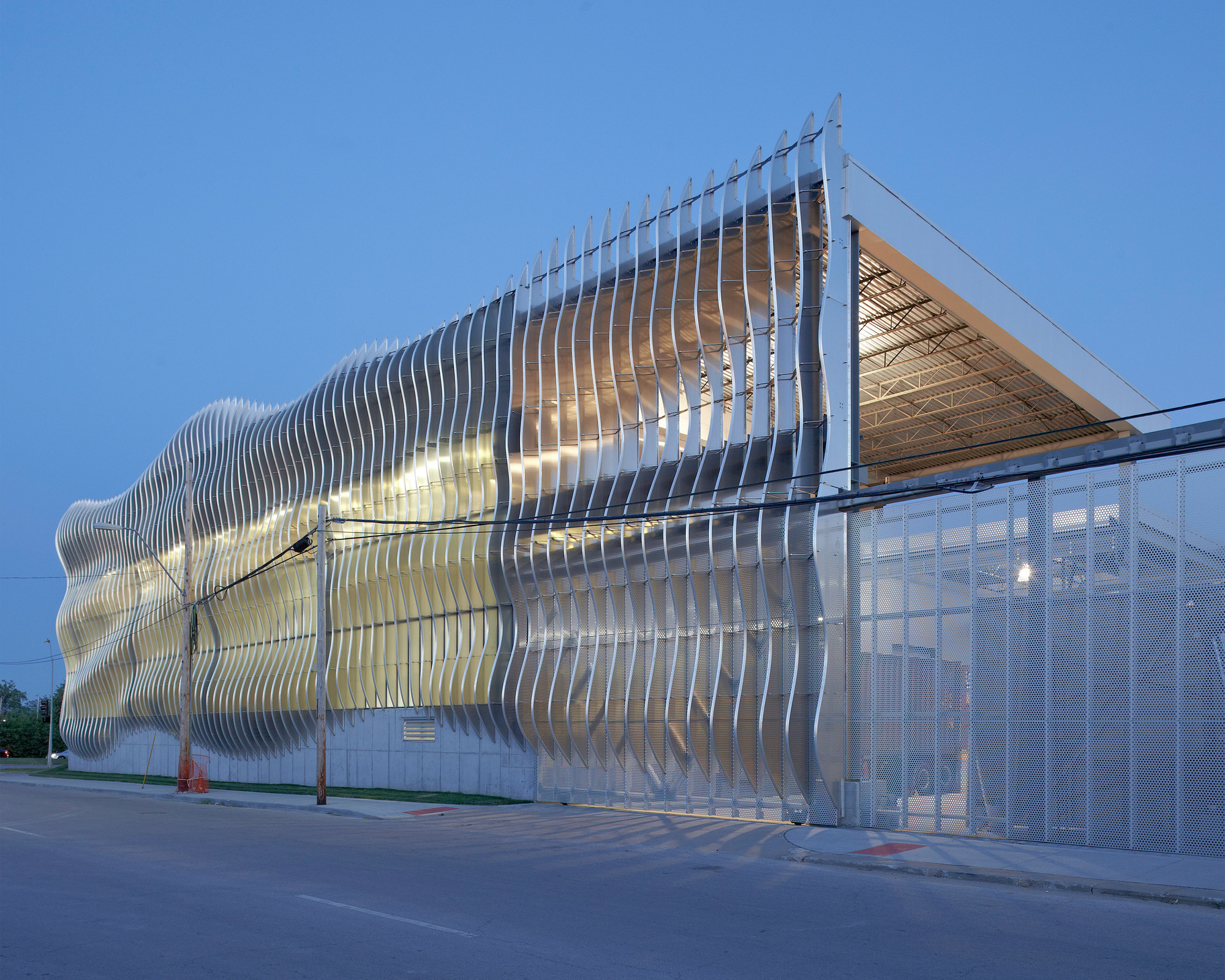 Original design by Crawford Architects on the Zahner Headquarters in North America / Mike Sinclair. Image Courtesy of Zahner