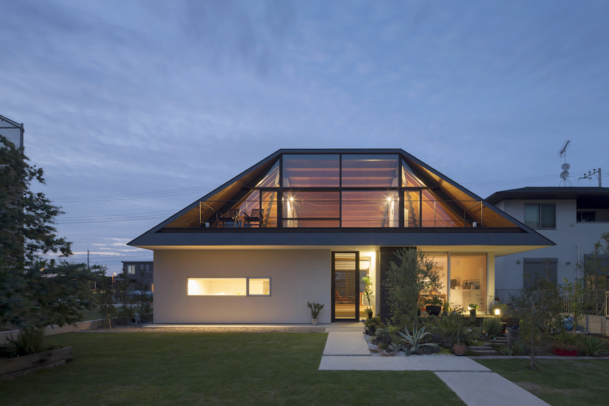 House with a Large Hipped Roof / Naoi Architecture & Design Office, © Hiroshi Ueda
