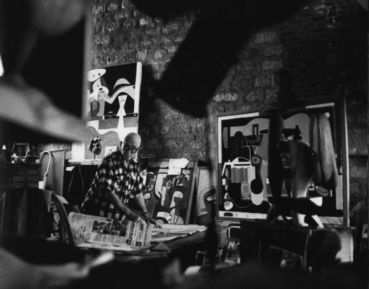 Le Corbusier en su estudio del 24 de la Rue Nungesser-et- Coli, 1960.. Image © René Burri / Magnum Photos