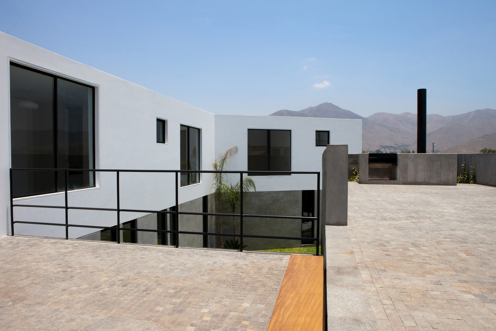 Surrounded  House / 2.8x arquitectos, © Javier Florez