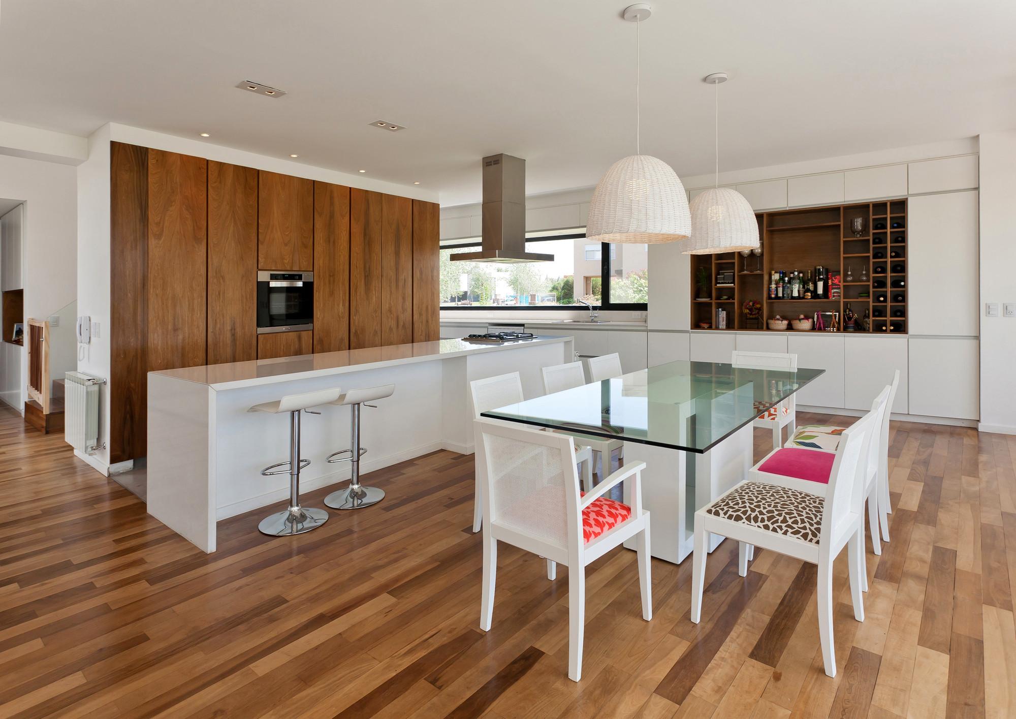 Gallery of mc house vismaracorsi arquitectos 4 for Modelos de pisos de cocina
