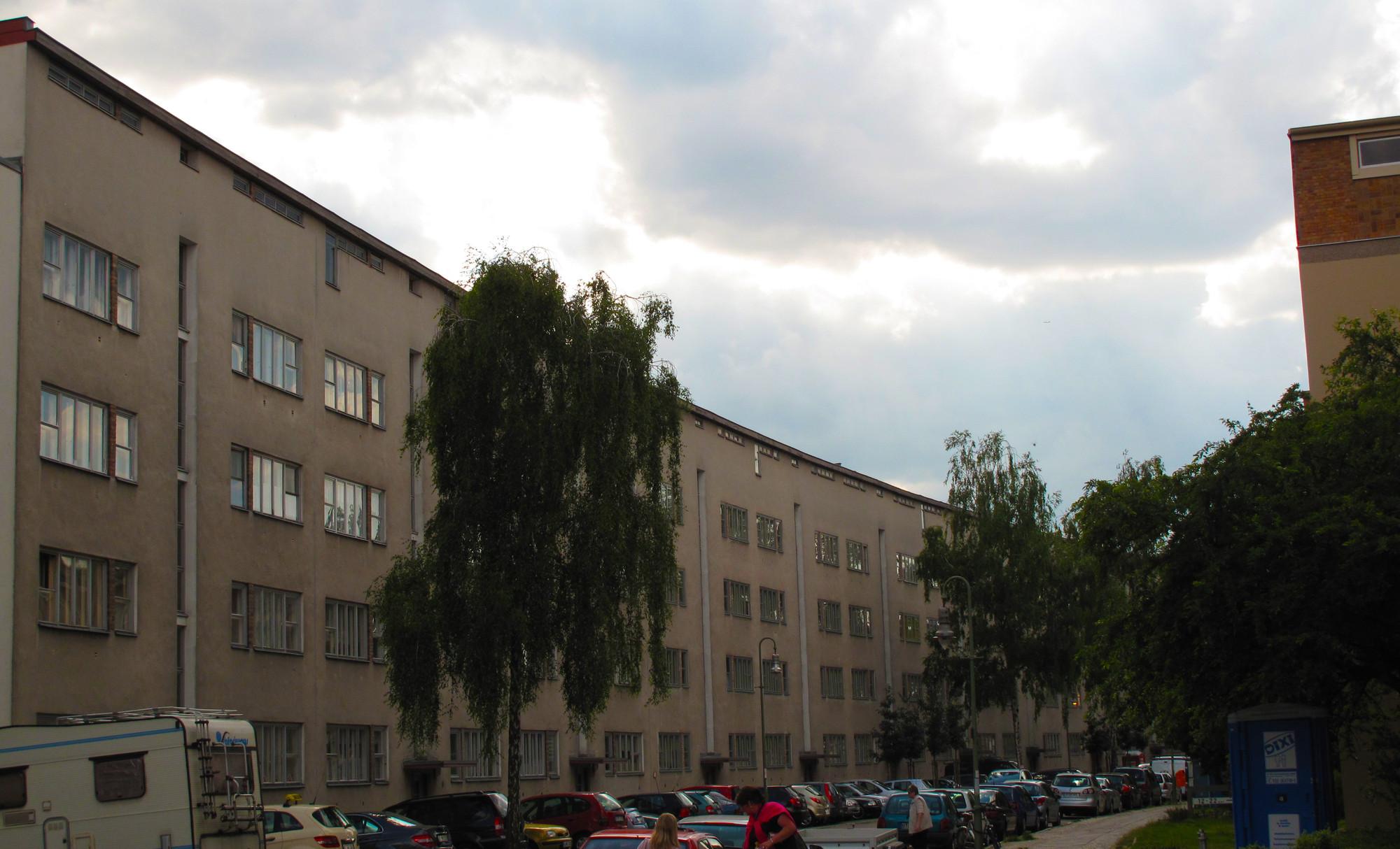 """Vista parcial de viviendas realizadas por Otto Barning, también llamado el """"largo lamento"""", en la Goebel Strasse. . Image Courtesy of Óscar Miguel Ares"""