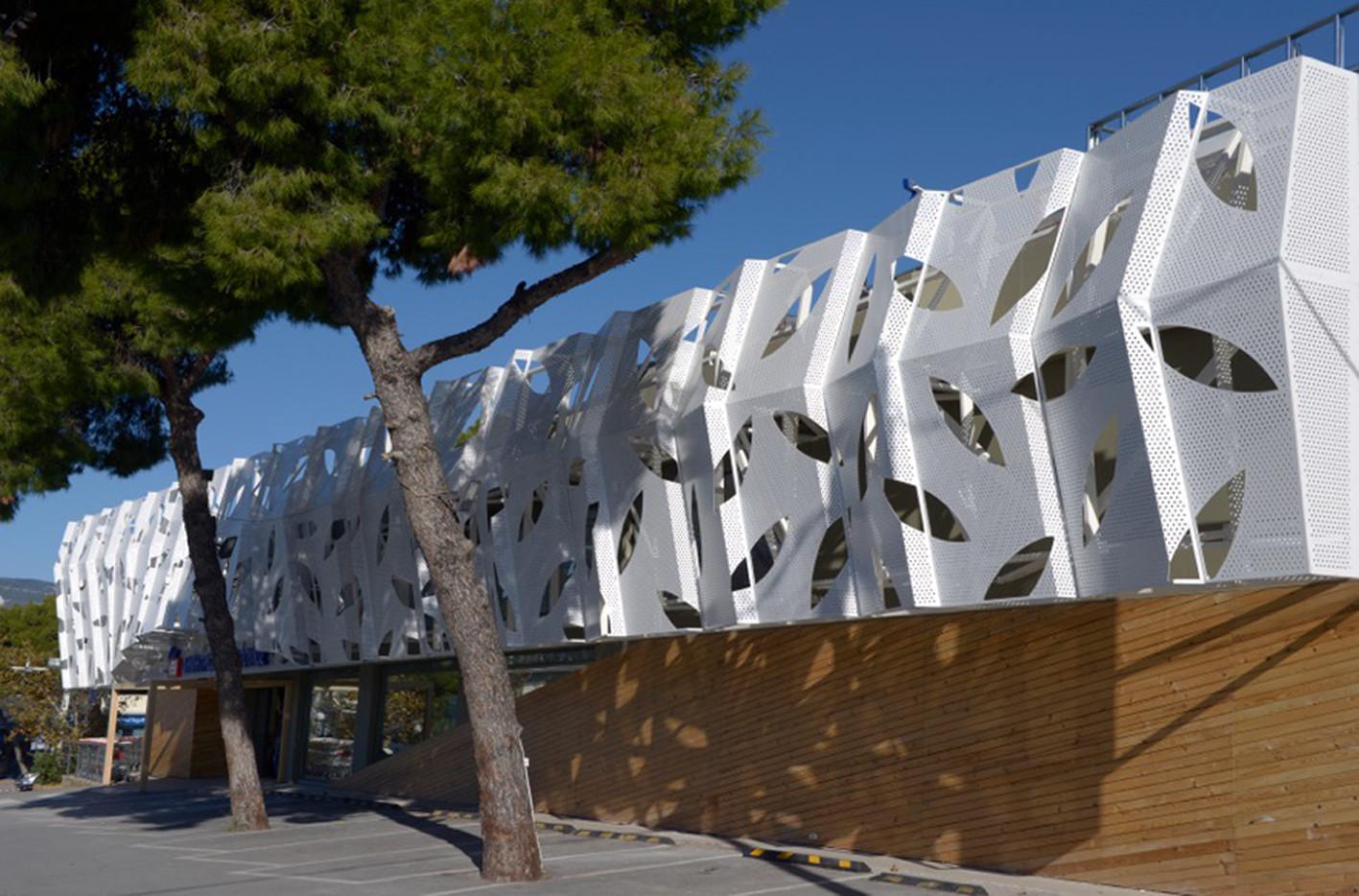 Supermarket in Athens  / KLab architecture, © Panos Kokkinias