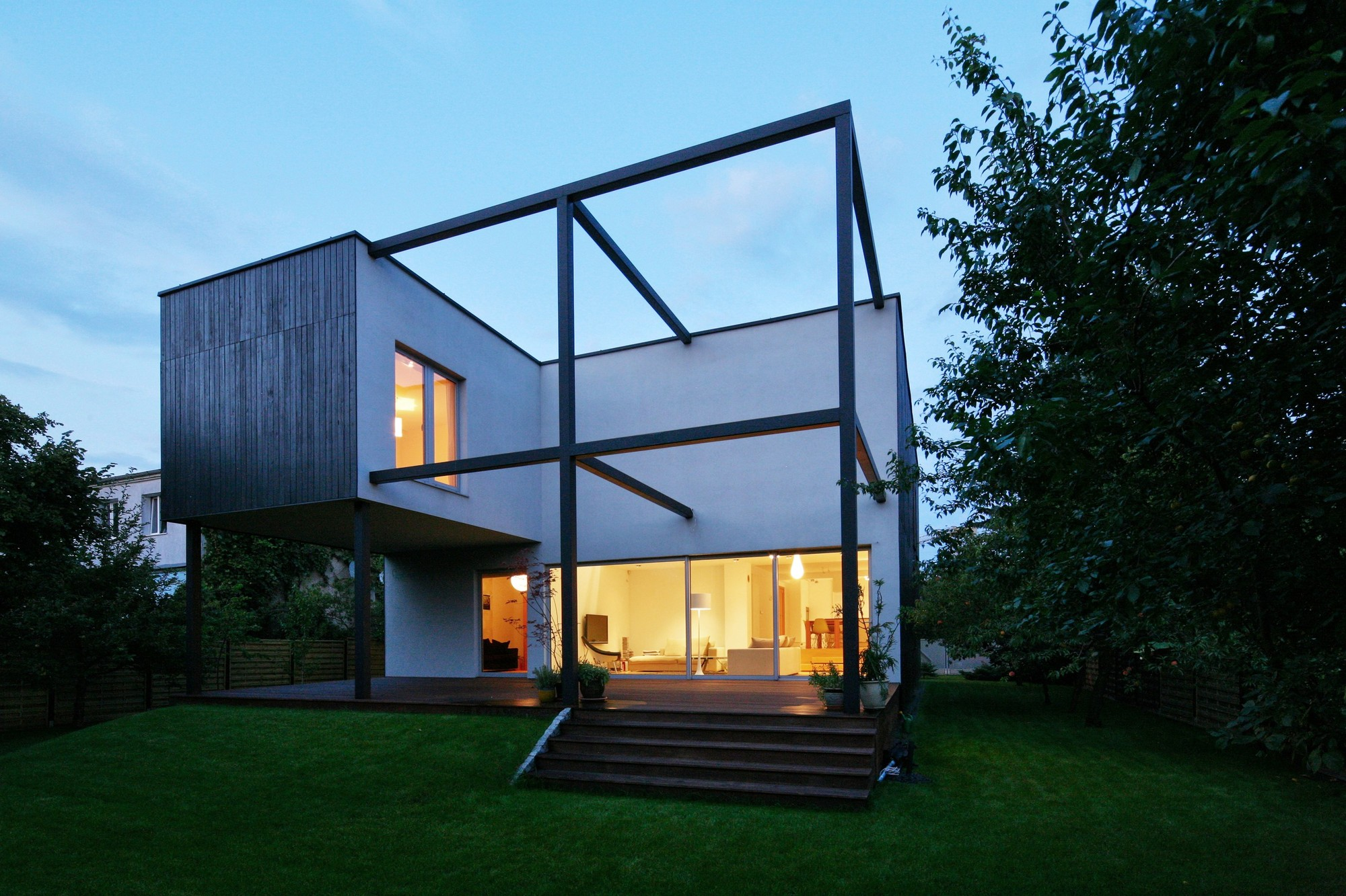 Black cube house kameleonlab archdaily for Maison design cube