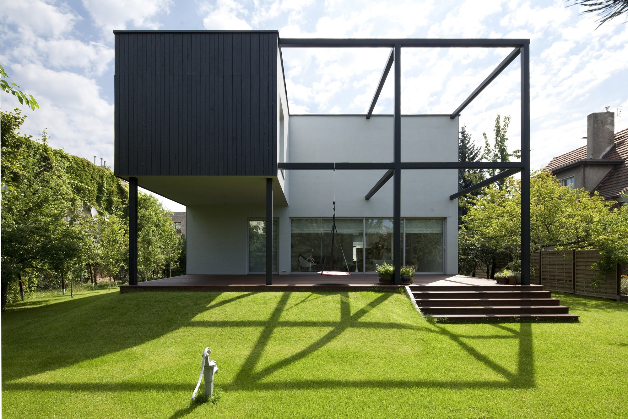 Black cube house kameleonlab archdaily for Modern cube house plans