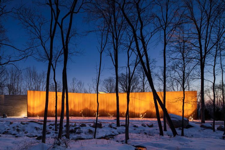 Una Casa en El Bosque / William Reue Architecture, © Steve Freihon