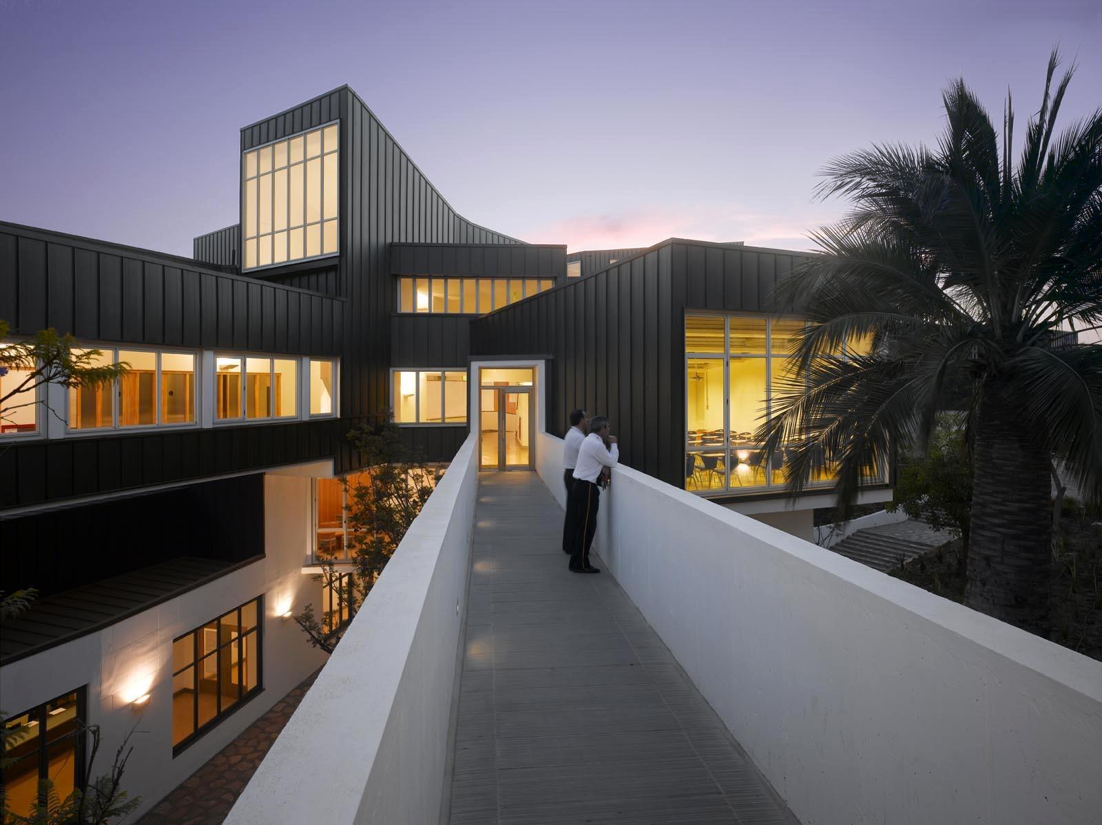 Revestimiento Metálico de la Universidad Adolfo Ibañez, por José Cruz Ovalle. Image © Roland Halbe