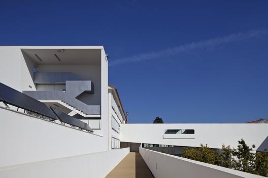 Francisco Rodrigues Lobo Secondary School / Inês Lobo Arquitectos. Image © Leonardo Finotti